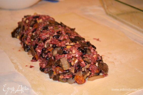 выкладываем мясную начинку, с боков и снизу оставляем по 5 см свободного края.