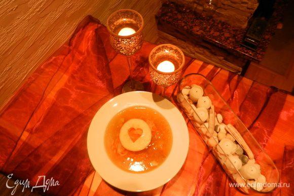 Лук и морковь обжарить, положить в кастрюлю с варėнной капустой и рėбрышками. Cуп по вкусу должен быть сладковатым. Если капуста кислая, положите сахар по вкусу. На сковороде обжарьте яблоко и украсте суп.