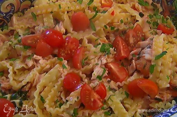Переложить пасту с рыбой на блюдо, украсить помидорами черри, посыпать петрушкой и сбрызнуть оставшимся оливковым маслом.