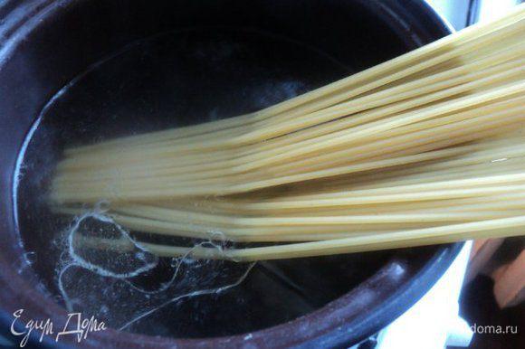 Отварить макароны в подсоленной воде. Чтобы макароны не склеивались, добавить в воду 1 ст. ложку растительного масла. Готовые макароны слить и охладить.
