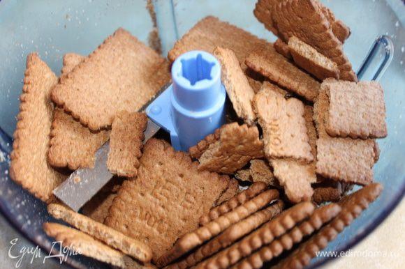 Нагреваем духовку до 160 С Растолочь печенье (любое песочное). Смешать с маслом. Форму выстелить бумагой со стороной примерно 20 на 30 см, смазать маслом.