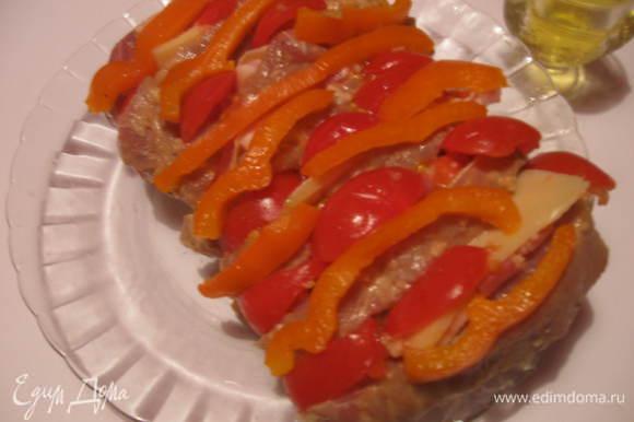 Нафаршировать дольками помидоров (если помидоры мелкие, возьмите их чуть больше), полосками перца, кусочками бекона и ломтиками сыра. Завернуть в фольгу и отправить в разогретую до 200 градусов духовку на час.