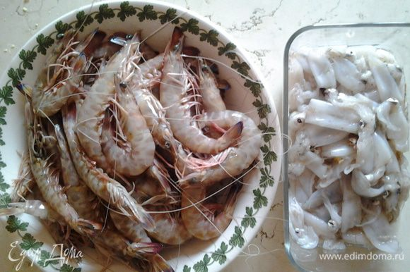 Приготовление соуса: цукини и морковь нарезать кубиками. Креветки очистить от панциря, оставив голову, если используются замороженные кальмары, нарезать полосками.
