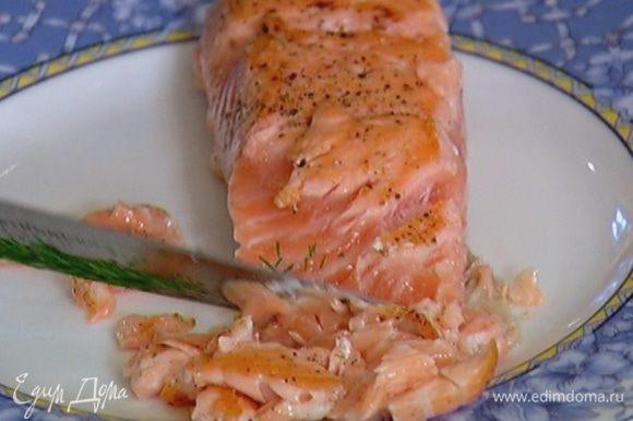 Рыбу разобрать на маленькие кусочки, добавить в яичную массу и еще раз перемешать.