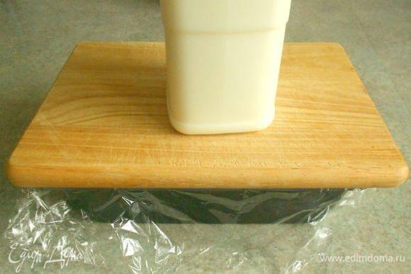 Остудить при комнатной t. На форму положить разделочную доску и поставить груз, чтобы сок распределился равномерно.
