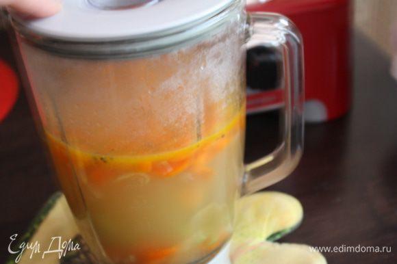 Измельчаем суп в блендере.