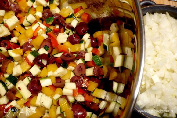 Для овощного гратена освободите от семян сладкий перец и порежьте его на мелкие кубики. У цуккини обрежьте кончики и порежьте также мелко. Мелко порежьте оливки, смешайте их с овощами.