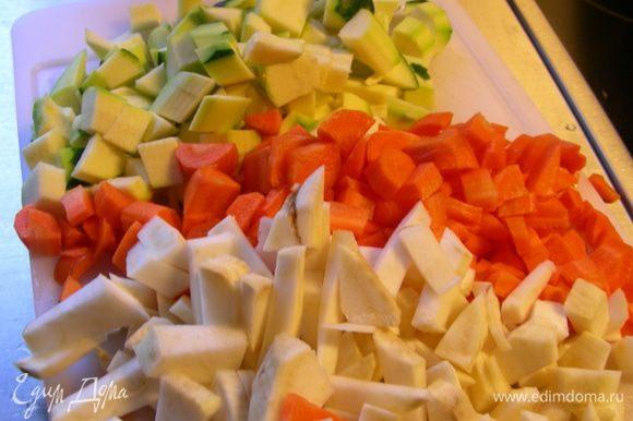 Овощи нарезаем кубиком. Листья шпината промываем.