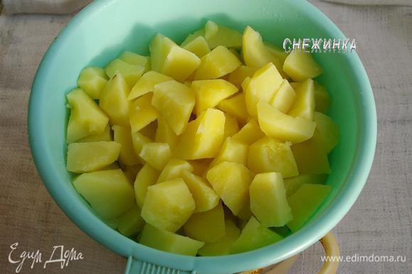 Картофель чистим, нарезаем крупными кусками и варим до готовности в подсоленной воде, уйдёт 10-15 минут. Откидываем на дуршлаг, чтобы стекла вся жидкость.