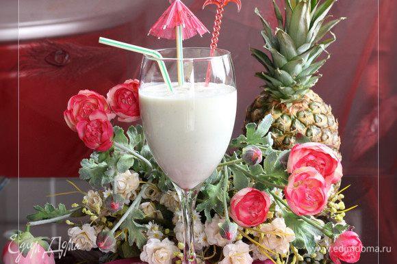 В блендере смешиваем йогурт с ванилью,добавляем кокосовое молоко. Вливаем сок имбиря ,добавляем кусочки ананаса с сиропом и взбиваем до однородного состояния. Разливаем по бокалам, добавив кусочки льда. Очень вкусный напиток с нежным кокосовым вкусом :). Для меня получился полноценный завтрак :).