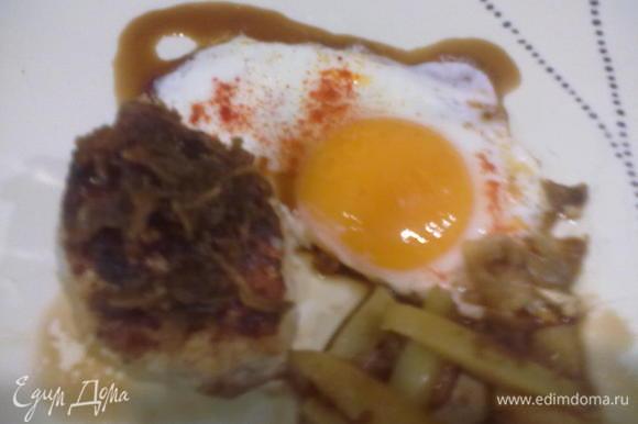 Выкладываем на тарелку котлетку, поливаем ее соусом, добавляем любимый гарнир - завтрак (или ужин) готов.