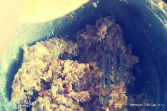 В яично-масляную смесь добавить мюсли, муку и разрыхлитель, лимонный сок