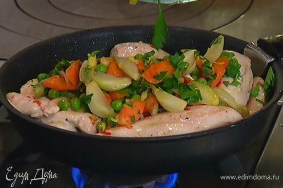 Морковь с горошком выложить в сковороду на цыпленка, равномерно распределить, влить оставшийся от курицы маринад, посолить, поперчить и довести соус до кипения.