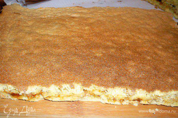 На подготовленные песочные коржи сверху осторожно выливаем бисквитное тесто (по половине на каждый песочный корж). Выпекать в горячей духовке (200 градусов) примерно 30 минут. Если два коржа сразу выпекать не получается, то рекомендую готовить бисквитное тесто в два подхода, для каждого песочного коржа отдельно.