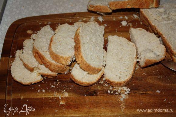 """Багет нарезать ломтиками (у меня из хлебопечки """"Французская булка"""") и отправить в разогретую до 200 градусов духовку на 10-15 минут."""