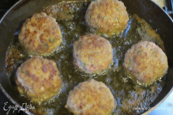 Оливковое масло разогреть с остатками жира от бекона.Из фарша сделать шарики и обжарить 4-5 мин.