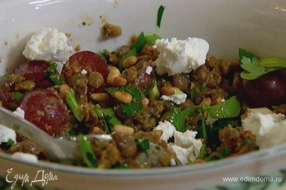 Сбрызнуть салат оставшимся оливковым маслом, раскрошить сверху козий сыр, посыпать оставшимися орехами.