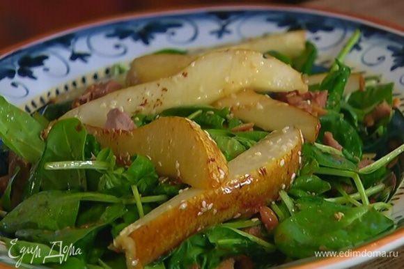 Сверху разложить карамелизированные кусочки груши. Шнитт-лук мелко порубить и посыпать салат.