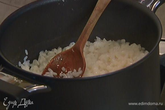 Когда рис сварится, влить рисовый уксус, сливовый ликер, перемешать и дать жидкости немного выпариться, затем снять рис с огня и остудить.