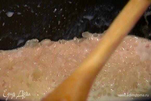 Рис всыпать в кастрюлю, влить молоко и кокосовое молоко, залить 1/2 л кипятка и отварить до готовности.
