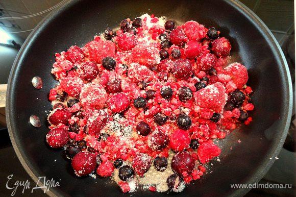 Добавить ягоды и готовить на сильном огне 2-3 мин.