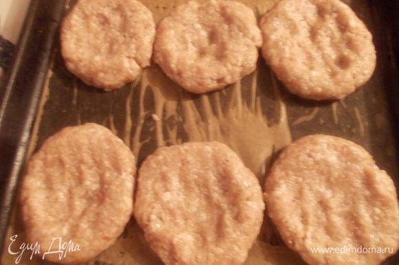 Разделить фарш на 6 частей и положить их на смазанный маслом противень. Сделать как бы ямку в середине (гнездо).