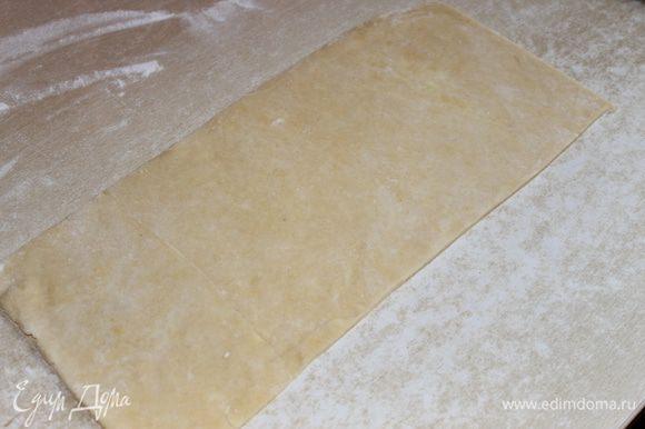 готовое тесто достаем , раскатываем , у меня на фото примерно 20 на 40 см пласт.