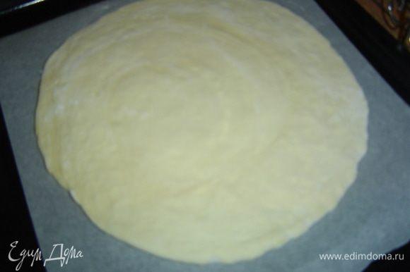 Достаем тесто из холодильника, каждый пласт раскатываем до толщины 3 мм, но один пласт должен быть больше на пару см в диаметре, меньший переносим на противень, застеленный пергаментом.