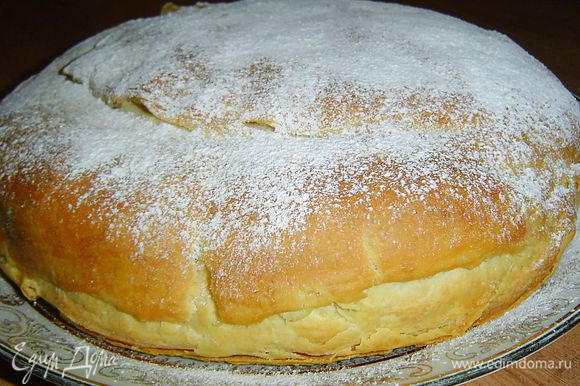 Даем пирогу немного остыть и посыпаем его сахарной пудрой.