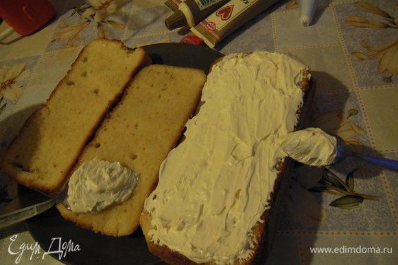 Промазать белым кремом разрезанные бисквиты.