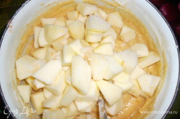 Яблоки очистить и нарезать кубиками. Добавить в тесто