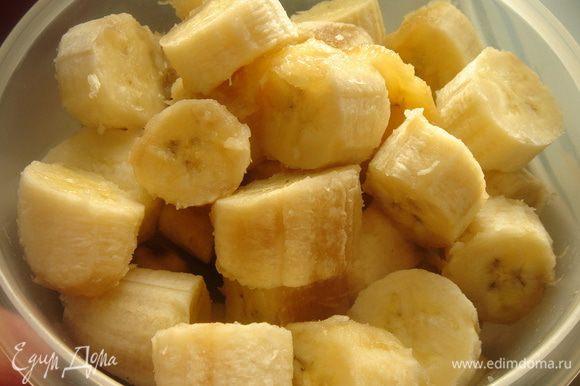 Вечером очистить бананы, нарезать на небольшие кусочки, поместить в контейнер и убрать в морозильную камеру на ночь.