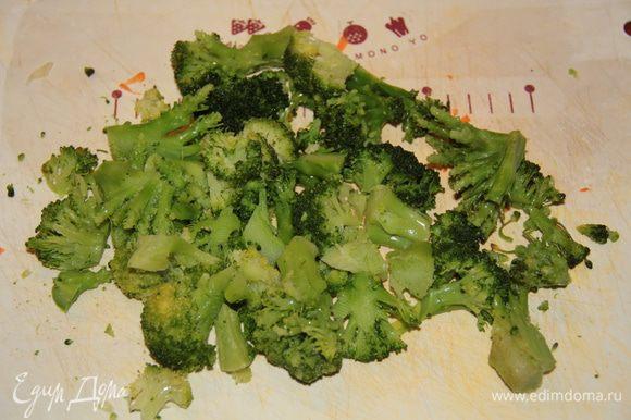 Порезать брокколи на кусочки и добавить в суп. Если она еще замороженная, можно сразу добавить в суп, и уже в супе потом поразламывать ложкой.