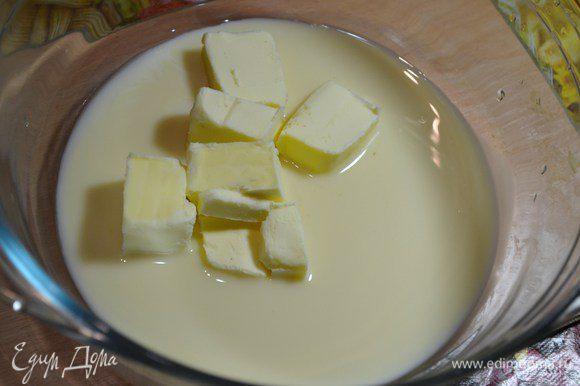 Для крема смешать масло со сгущенным молоком.