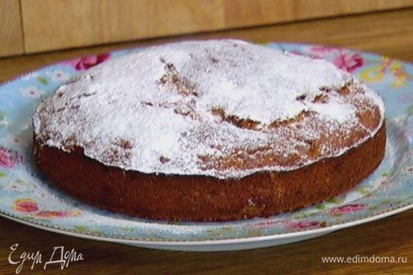 Выпекать пирог в разогретой духовке 35–40 минут. Готовый пирог посыпать сахарной пудрой.