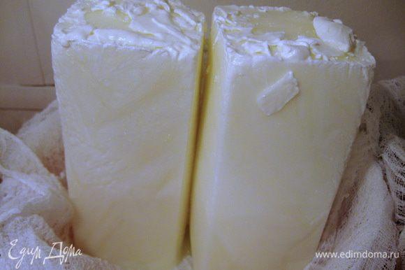 В первую очередь готовим главный ингредиент для творожного слоя – творожный сыр из мацони. Этот способ приготовления творожной массы хорошо описан в рецепте Виктории (Ла Ванда) http://www.edimdoma.ru/retsepty/42531-domashniy-tvorog Мацони кладём в морозилку часов на 10-12 до полного замораживания. Выстилаем дуршлаг марлей и ставим в эту конструкцию замороженные глыбы мацони. И всё это оставляем в теплом месте до полного выхода сыворотки. Это займёт 8-12 ч. в зависимости от окружающей температуры. Теперь готовую творожную массу можно переложить в подходящую ёмкость.