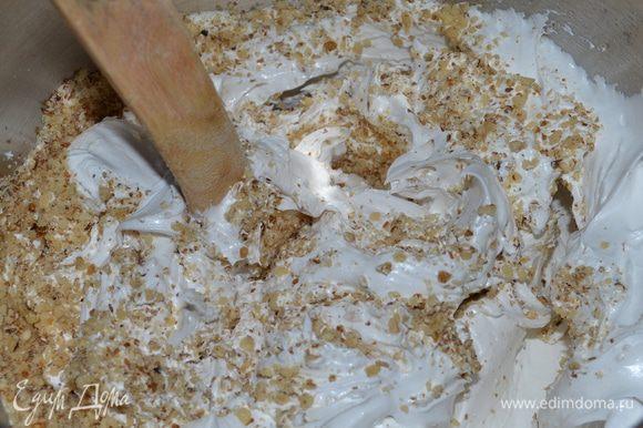 Добавить молотые грецкие орехи и как следует все перемешать.