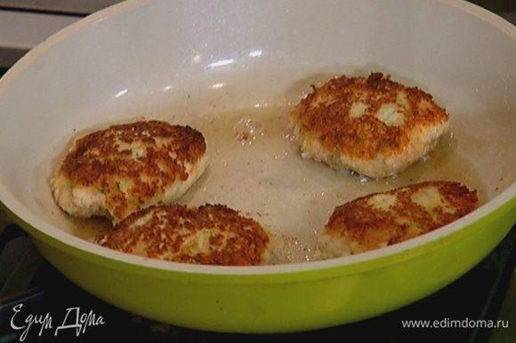 Разогреть в сковороде оливковое масло и обжарить котлеты с двух сторон до золотистой корочки.