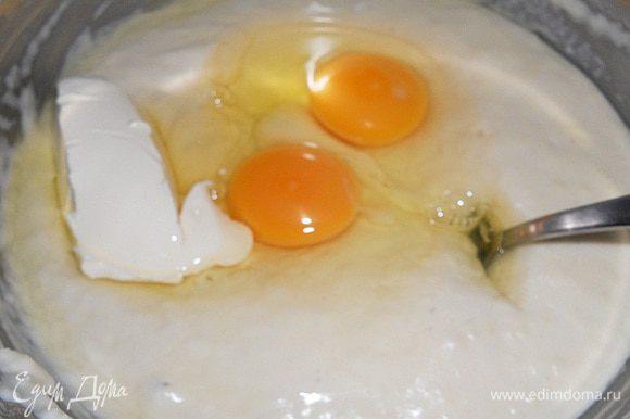 Через 30 минут опара на вид станет гладкая, появятся пузырики и увеличится в объеме. Теперь добавляем размягченное масло(45 г.) и яйца и хорошо перемешиваем.