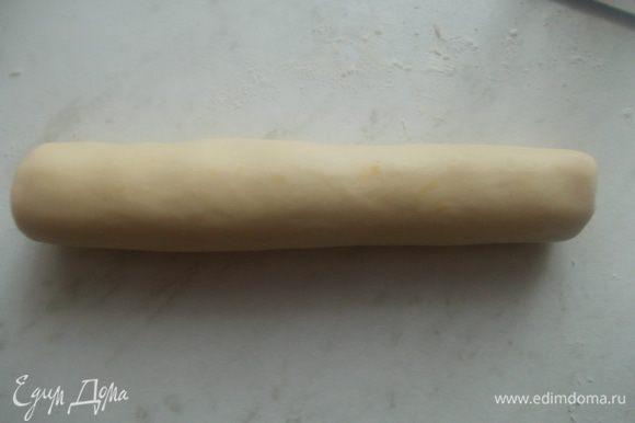 Затем добавить муку, крахмал и соль. Сделать крутое тесто и скатать из него колбаску. Затем завернуть ее в пищевую пленку и положить её в холодильник часа на два, чтобы оно хорошо застыло.