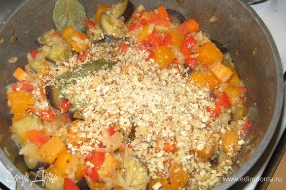Заливаем все овощи водой, выкладываем соцветия брокколи, высыпаем орехи. Досаливаем и перчим, если нужно. При среднем кипении доводим до готовности брокколи. Гарнир готов.