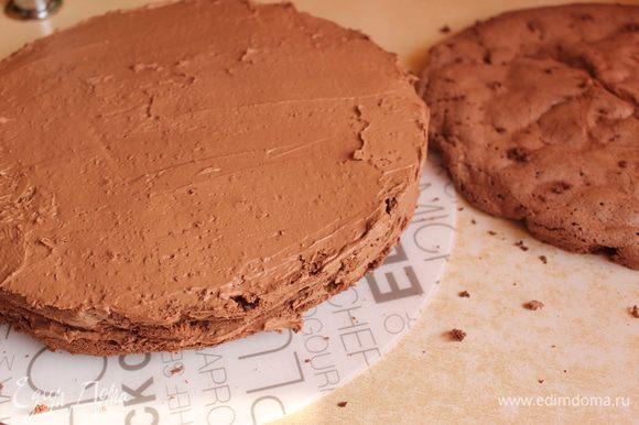 Даем торту остыть, разрезаем его на 3 части. Крем достаем, делим тоже на три части, обмазываем наш торт.
