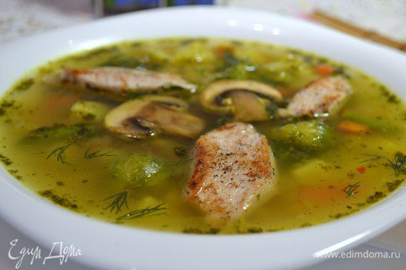 Готовый суп подавать налив в тарелки, выложив поверх грибы и куриное филе.
