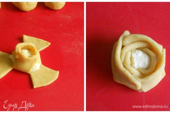 """Затем точно также соединить в наружный круг оставшиеся 3 лепестка. Нужно хорошо прижимать тесто, иначе при выпечке """"лепестки"""" распадутся."""