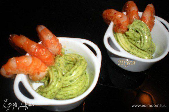 Подавать на стол сразу же с маслом, заправленным руколой. К этому блюду хорошо подойдет листовой салат, багет или рис.