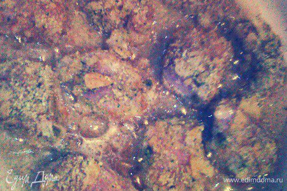 В сковороде нагреть растительное масло. Небольшими партиями обжарить куриные наггетсы с двух сторон до золотистого цвета.