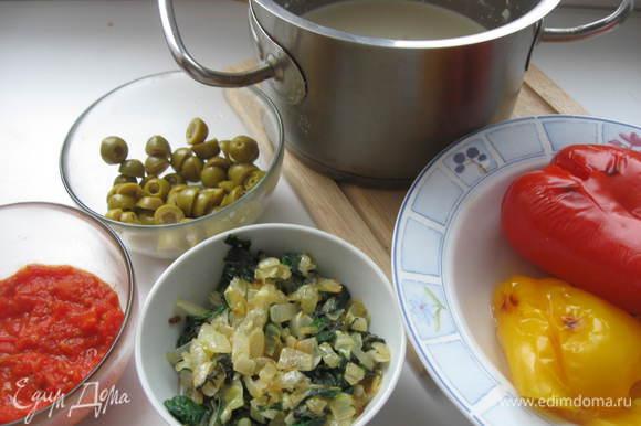 Перцы разрезать, очистить от семян, завернуть в фольгу и запечь в духовке в течение 25 минут при температуре 150 градусов. Вынуть, остудить, порезать, дать стечь лишней жидкости. Помидоры опустить в кипяток, через 2 минуты снять с плиты, обдать холодной водой, очистить от шкурки, порезать, если есть лишняя жидкость - выпарить на сковородке.