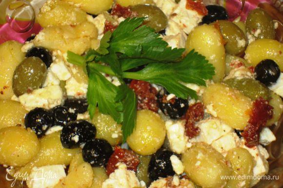 Соединить картофель,оливки, маслины, вяленые помидоры, фету. Заправить оливковым маслом и поперчить. Приятного аппетита:)