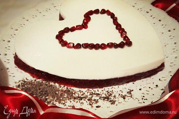 """Когда желе застынет, вынуть форму из холодильника. Перевернуть ее на блюдо и аккуратно снять с застывшего желе. По желанию украсить тертым шоколадом. Романтический десерт - Гранатовое желе """"Сердце"""" для вас и вашего любимого готово! Любите и будьте любимыми!"""