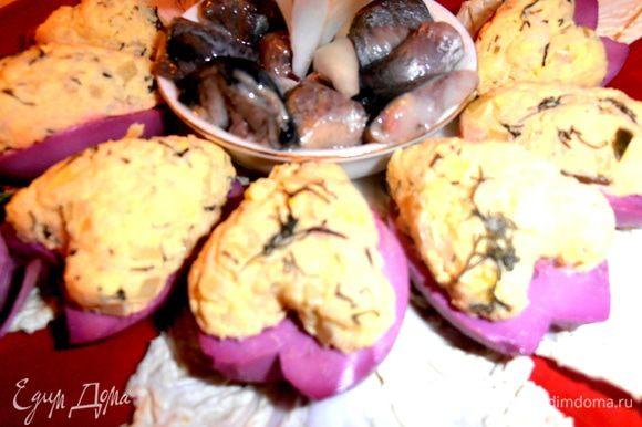 Выкладываем фаршированные яйца на листья любого салата и подаём закуску!